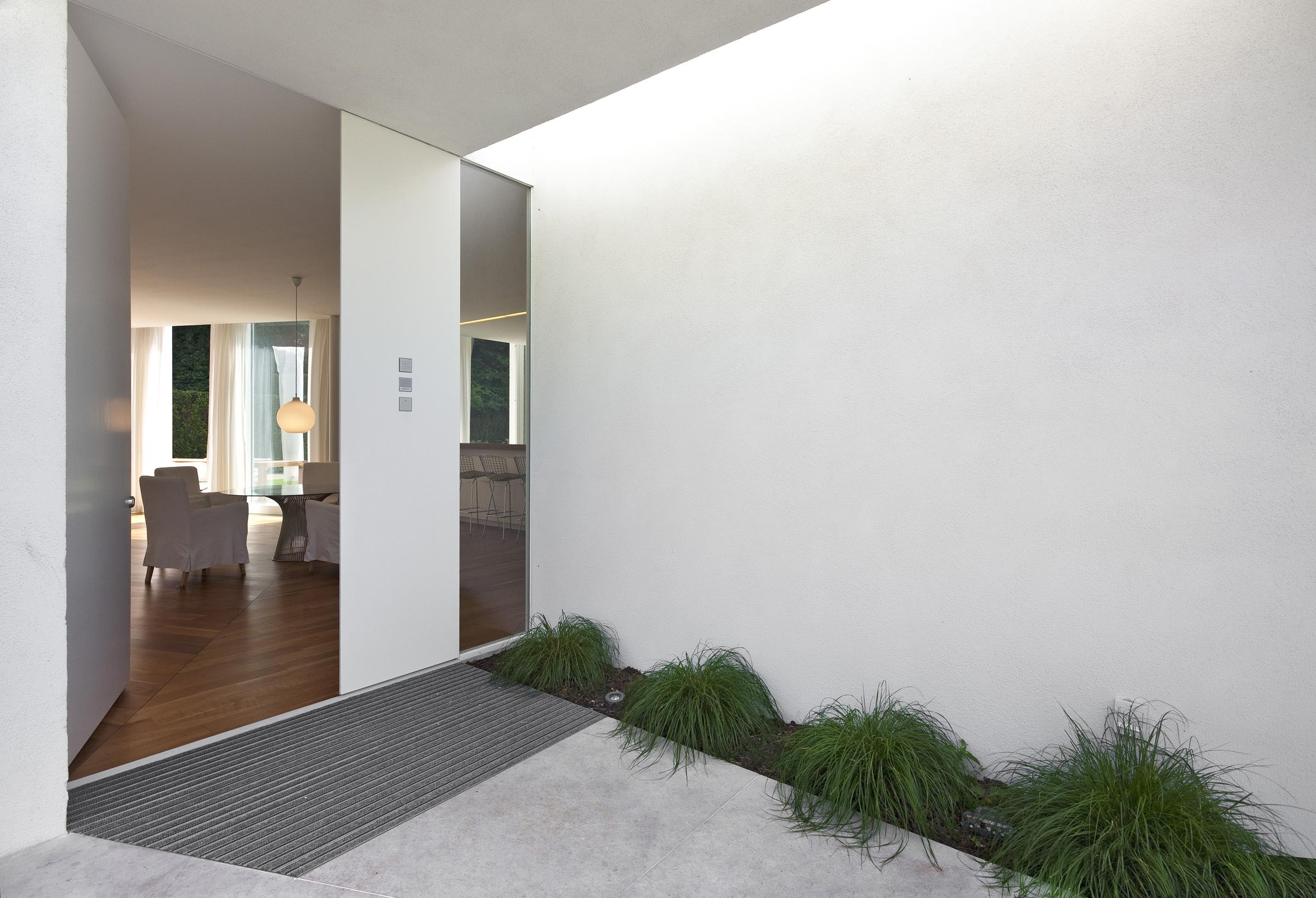 The house in the style of minimalism: simplicity and convenience